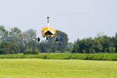 Gele gyroplane die van de luchthaven vertrekken stock fotografie
