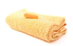 Gele handdoek en zeep Stock Foto's