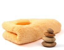 Gele handdoek en zeep Stock Fotografie