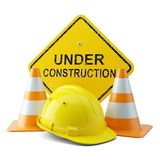 Gele helm, verkeerskegels en uithangbord in aanbouw Stock Afbeeldingen
