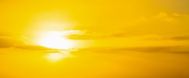 Gele hemel met wolken bij zonsondergang Stock Foto's