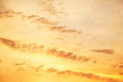 Gele hemel wanneer de zon stijgt Achtergrond of textuur voor Royalty-vrije Stock Afbeeldingen