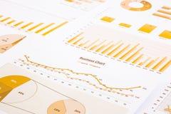 Gele het bedrijfsgrafieken, grafieken, rapport en samenvatten van achtergrond Royalty-vrije Stock Afbeeldingen