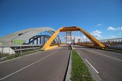 Gele Hogeweidebrug-hangbrug in Utrecht met afzonderlijke stegen voor verkeer stock afbeeldingen