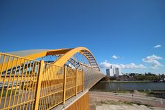 Gele Hogeweidebrug-hangbrug in Utrecht met afzonderlijke stegen voor verkeer en voor bussen royalty-vrije stock afbeelding