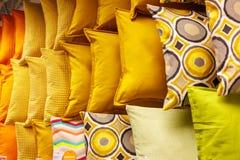 Gele hoofdkussens op een rij royalty-vrije stock fotografie