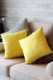 Gele hoofdkussens in woonkamerflat Royalty-vrije Stock Afbeeldingen