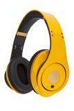 Gele hoofdtelefoons die op een witte achtergrond worden geïsoleerdu. stock foto's