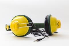 Gele hoofdtelefoons op witte achtergrond Stock Fotografie