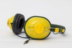 Gele hoofdtelefoons op witte achtergrond Royalty-vrije Stock Fotografie