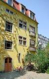 Gele huisvoorgevel Stock Foto