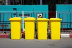 Gele huisvuilbak in de straat Royalty-vrije Stock Afbeeldingen