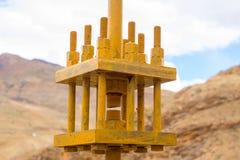 Gele ijzerbouw om twee brugdelen te houden royalty-vrije stock foto