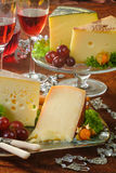 Gele kaas en wijn stock fotografie