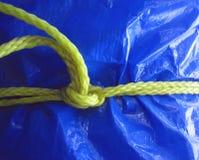 Gele kabel op blauw geteerd zeildoek Stock Afbeeldingen