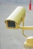 Gele kabeltelevisie-veiligheidscamera Royalty-vrije Stock Afbeeldingen