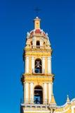 Gele kerk en blauwe hemel stock afbeeldingen
