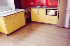 Gele keuken met zacht zand grijs laminaat Stock Afbeelding