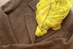 Gele kleur en de sjaal van de vrouwen` s laag de grijze stock fotografie