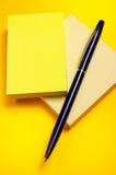 Gele kleverige nota Stock Afbeeldingen