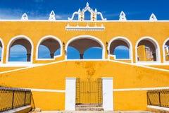 Gele Kloostervoorgevel royalty-vrije stock fotografie