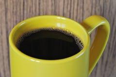 Gele koffiekop op houten achtergrond Royalty-vrije Stock Fotografie