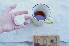 Gele koffiemok in sneeuw Royalty-vrije Stock Afbeeldingen