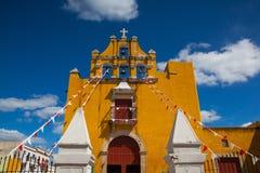 Gele koloniale kerk met een diepe blauwe hemel in Campeche, Mexico stock foto's
