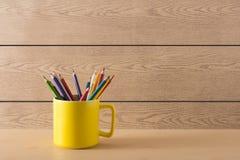 Gele kop op de houten textuur Stock Afbeeldingen