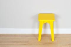 Gele kruk Stock Foto's