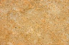 Gele kuiltjes gemaakte in en doorstane Zandsteentextuur Als achtergrond Stock Foto