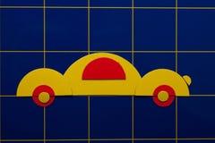 Gele kunstillustratie van auto op blauwe achtergrond Royalty-vrije Stock Foto