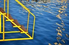 Gele ladder aan het overzees Stock Foto's