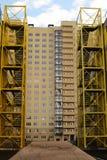Gele ladders tegen wolkenkrabber Royalty-vrije Stock Fotografie