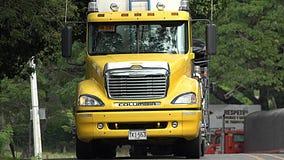 Gele Ladingsvrachtwagen Stock Afbeelding