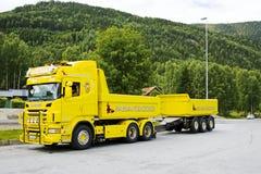 Gele ladingsvrachtwagen met een aanhangwagen Royalty-vrije Stock Foto