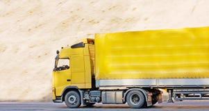 Gele lege aanhangwagenvrachtwagen royalty-vrije stock foto's