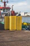 Gele lege plastic vissenkratten stock foto's
