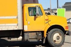 Gele leveringsvrachtwagen Stock Afbeeldingen