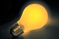 Gele lightbulb met weg Stock Foto