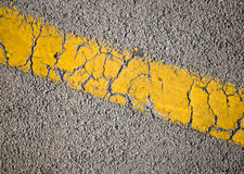 Gele lijn op asfaltweg Royalty-vrije Stock Foto's