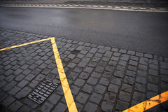 Gele lijn op een straat royalty-vrije stock foto