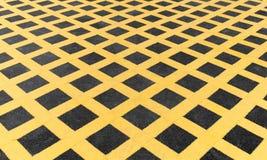 Gele lijn op nieuw asfaltdetail stock afbeeldingen