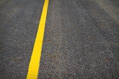 Gele lijn op tarmac/asfalt royalty-vrije stock afbeeldingen