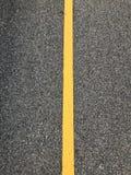 Gele lijn op weg, Oppervlakte ruw van asfalt royalty-vrije stock foto's