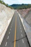 Gele lijn rechte brug op de achtergrond Stock Foto's