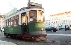 Gele Lissabon tram Stock Foto's