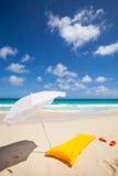 Gele luchtmatras en wit zonnescherm royalty-vrije stock afbeelding