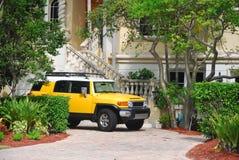 Gele luxe SUV royalty-vrije stock fotografie
