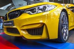 Gele luxeauto BMW M4 op de RAND van BMW van het tentoonstellingscentrum, vooraanzicht, München, Duitsland stock afbeelding